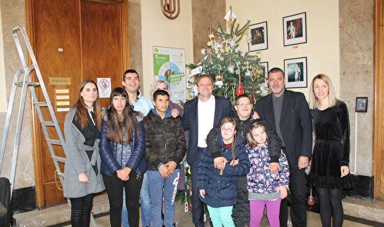 Djeca i gradonačelnik okitili jelku