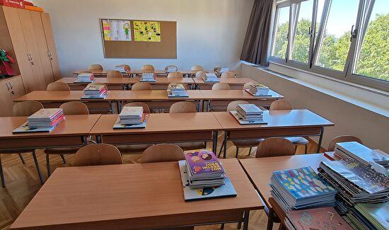 Udžbenici i radne bilježnice na školskim klupama već čekaju učenike