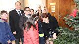 Učenici OŠ Voštarnica okitili bor gradske uprave