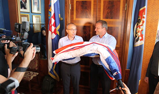 Ministar Krstičević Darovao Svečanu Zastavu Rh Gradu Zadru